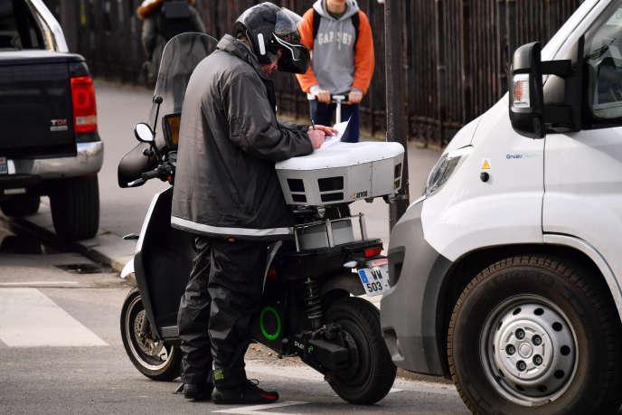 Un agent de Streeteo, à Paris, le 21mars.