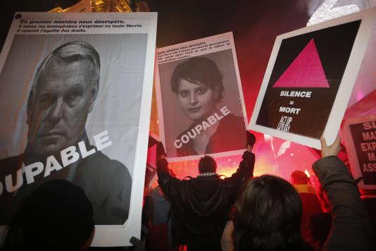Des militants d'Act Up manifestent lors de la journée mondiale du Sida, à Paris, le 1er décembre 2012.