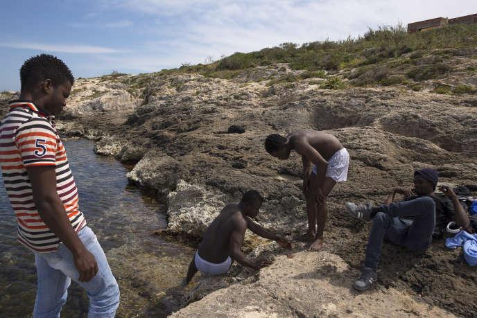 Des migrants nigérians arrivés sur l'île italienne de Lampedusa, en avril 2015.
