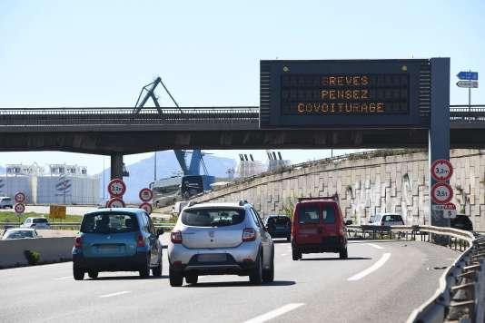 Un indique Panneau «Grève : pensez co-voiturage » sur l'autoroute A55 près de Marseille, dimanche 1er avril.