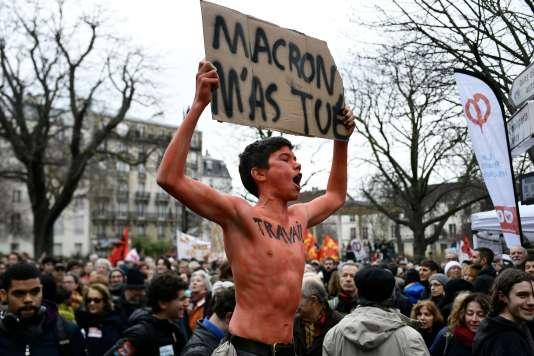 Un jeune manifestant lors du rassemblement organisé par sept syndicats de la fonction publique le 22 mars 2018, à Paris.