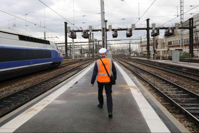 Un employé de la SNCF à la gare de Lyon lors de la grève, mardi 3 avril.
