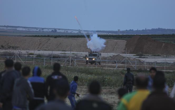Des manifestants palestiniens face à l'armée israélienne, à Gaza, le 2 avril 2018.