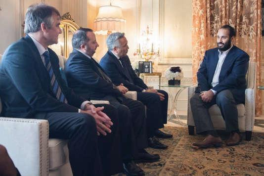 Le prince héritier saoudien Mohammed Ben Salman rencontre le patron de Warner Bros., Kevin Tsujihara (2e à droite), à Los Angeles, en Californie, le 3 avril.