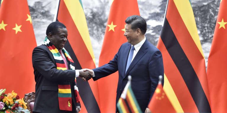 Le président zimbabwéen Emmerson Mnangagwa (à gauche) en compagnie du président chinois Xi Jinping, à Pékin, le 3 avril 2018.