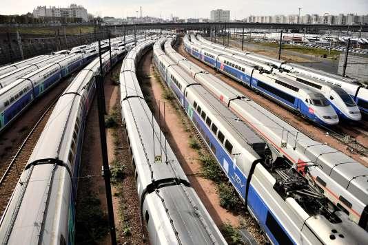 Des TGV stationnent aux abords de la gare de Lyon, à Paris, le 4 avril.