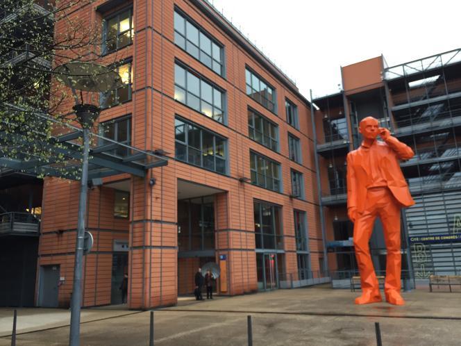 La statue géante de l'homme au téléphone, en face de la Cité internationale de Lyon, prémices d'un futur ou la ville entière sera reliée à Internet ?