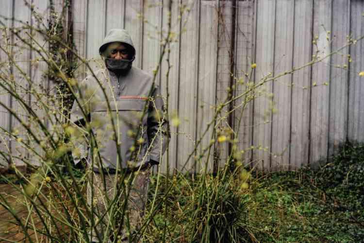 Veste à capuche en Nylon, Prada. Pantalon imprimé à fleurs, Carhartt.