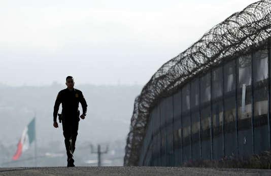Patrouille le long de la frontière entre Tijuana, au Mexique, et San Diego, en Californie, le 22 juin 2016.
