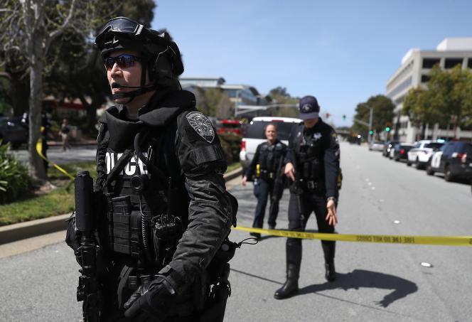 La police aux abords du siège de YouTube à San Bruno, le 3 avril.