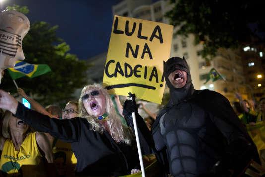 Des manifestants demandent la condamnation de Lula, le 3 avril à Rio de Janeiro.
