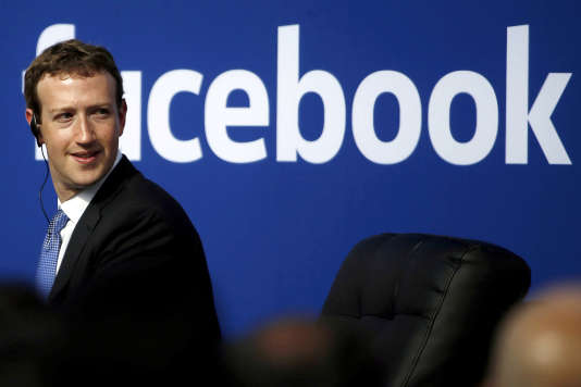 A la veille de l'audition devant le Congrès de son patron, Mark Zuckerberg, ici le 27 septembre 2015 au siège de son entreprise, le réseau social poursuit son opération déminage.