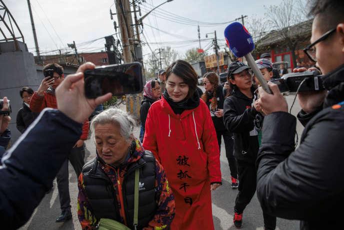 « Yu Wensheng anotamment plaidé pour son confrère Wang Quanzhang, détenu depuis près de quatre ans dans le cadre de la campagne de répression contre des avocats des droits humains lancée le 9 juillet 2015(photo: Li Wenzu, la femme de l'avocatWang Quanzhang, à Pékin, en 2018)» .