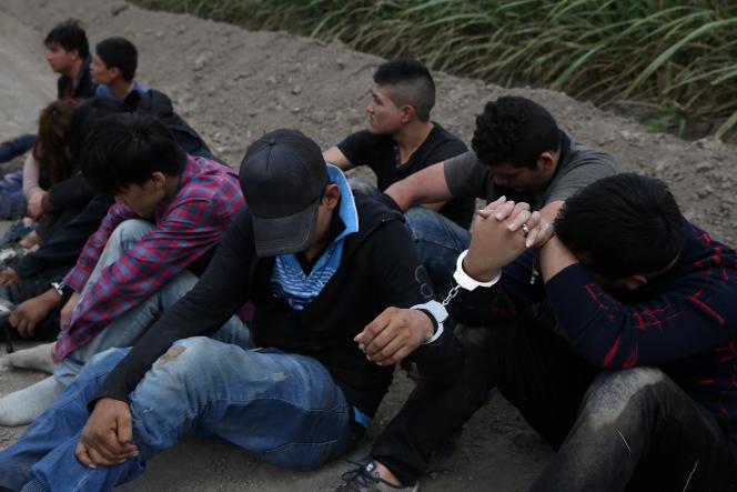 Des migrants qui ont traversé illégalement la frontière entre le Mexique et les Etats-Unis, près de McAllen (Texas), le 3 avril.