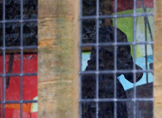 Un policier muni d'un masque à gaz poursuit l'enquête sur les lieux de l'empoisonnement de l'ex-agent double russe et de sa fille à Salisbury, le 4 avril.