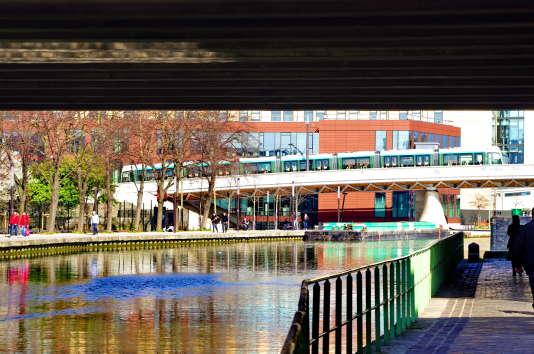 Le long du canal de l'Ourcq en sortant de Paris sous le périphérique, le tramway traverse le canal.