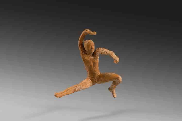 """«Conçue à partir des mêmes abattis que le """"Mouvement de danse B"""", cette statuette illustre une position beaucoup plus dynamique. Jambes et bras se déploient dans toutes les directions de l'espace. A noter que Rodin utilise toujours le même visage, appelé """"Tête de la femme slave"""", quelles que soient les attitudes.»"""