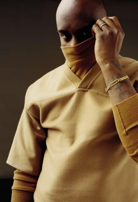 Pull à col roulé en cachemire, tee-shirt en soie et cachemire, Louis Vuitton. Bague berbère en or jaune et turquoise, Repossi. Bracelet trombones en or blanc pavé de diamants, Off-White.