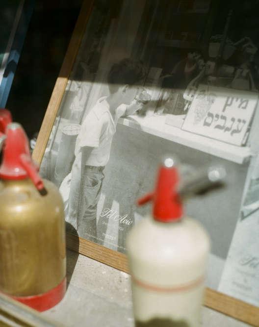 Une vieille photo d'un jeune garçon étanchant sa soif àTel-Aviv.