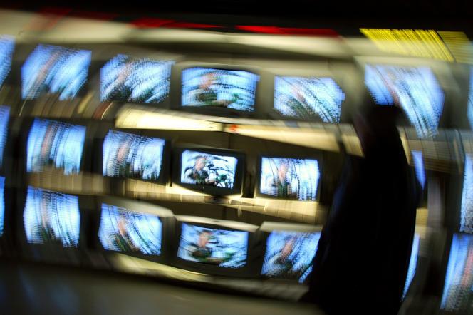 Dans un grand magasin parisien. Les ventes de téléviseursse sont repliées en 2017 de 31 % en volume (à 4,5 millions d'unités), après une bonne année 2016, il est vrai.