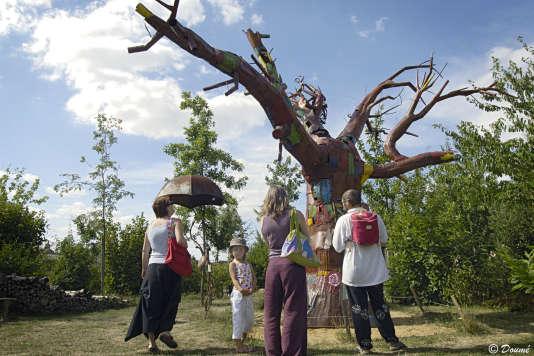 L'arbre du Jardin du Nombril du Monde à Pougne-Hérisson (Deux-Sèvres).