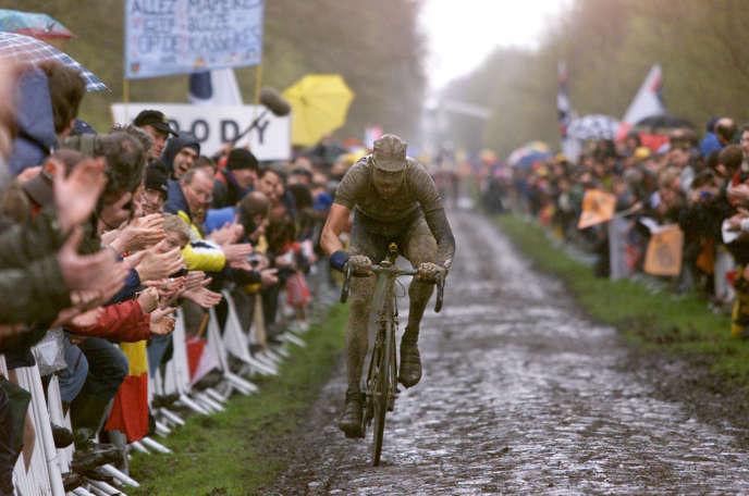 Le Belge Wilfried Peeters franchit la trouée d'Arenberg, le 15 Avril 2001, lors de la 99e édition de Paris-Roubaix.