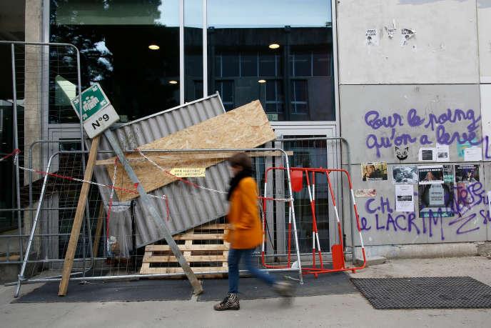Devant la faculté de lettres de Nantes, bloquée, jeudi 5 avril.