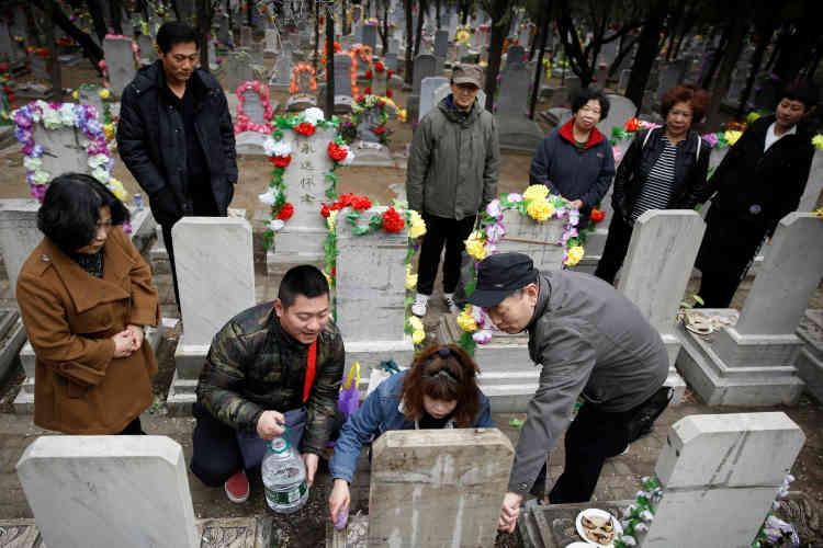 Pendant le nettoyage d'une pierre tombale au cimetière de Babaoshan, à Pékin, le 4 avril.