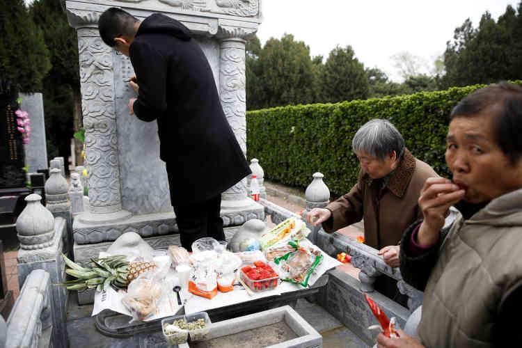 Dans un cimetière de Pékin, le 4 avril.
