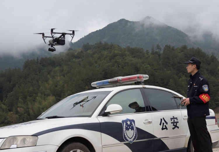 Un policier chinois utilise un drone pour surveiller un cimetière dans une zone forestière, à Lishui, dans la province de Zhejiang, le 4 avril.