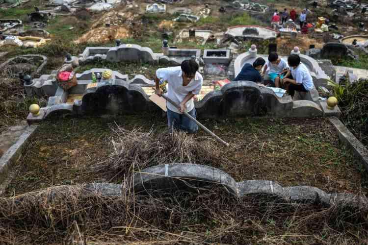 Un Chinois nettoie la tombe de son ancêtre dans un cimetière de Karak, près de Kuala Lumpur, en Malaisie, le 5 avril.