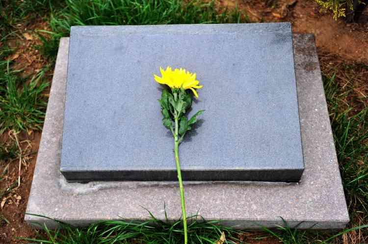 Sur la tombe d'un soldat inconnu dans un cimetière de Qingdao, dans la province orientale du Shandong, en Chine, le 3 avril.
