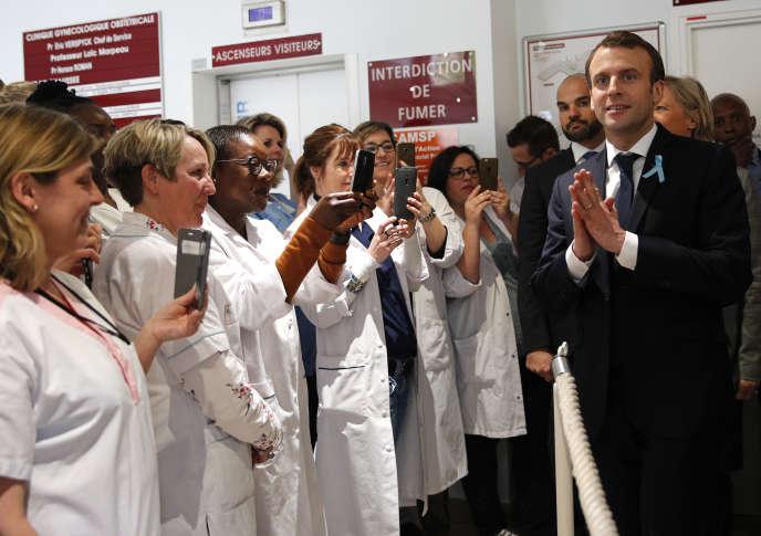 Emmanuel Macron en visite dans un service hospitalier spécialisé dans la détection précocedes enfants autistes à Rouen, jeudi5avril.