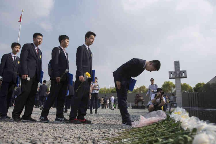 Des étudiants chinois rendent hommage aux victimes du massacre de Nanjing avant la fête de Qingming, au Mémorial des victimes, à Nanjing, le 3 avril.