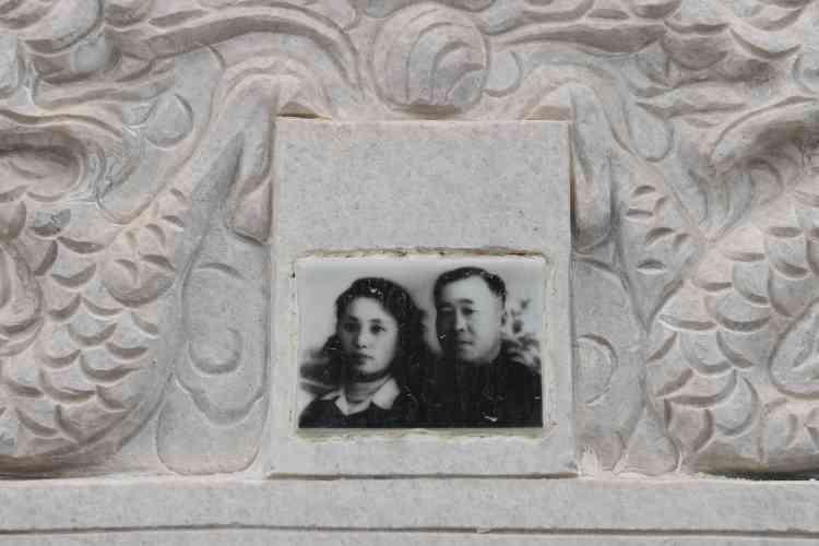 Sur une pierre tombale à Pékin, le 5 avril.