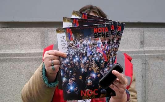 Une vendeuse vend le magazine de rue Nota Bene. En une, les manifestants réclament le départ du chef de la police Tibor Gaspar pendant la manifestation du 5 avril, à Bratislava.