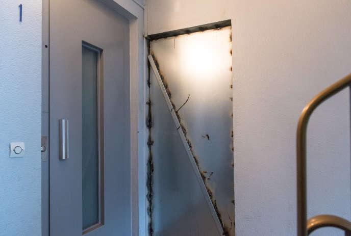 Lorsqu'un appartement est vidé de ses locataires, la porte est scellée avec du métal, àla cité de la Plaine-Bicêtre à L'Haÿ-les-Roses (Val-de-Marne).