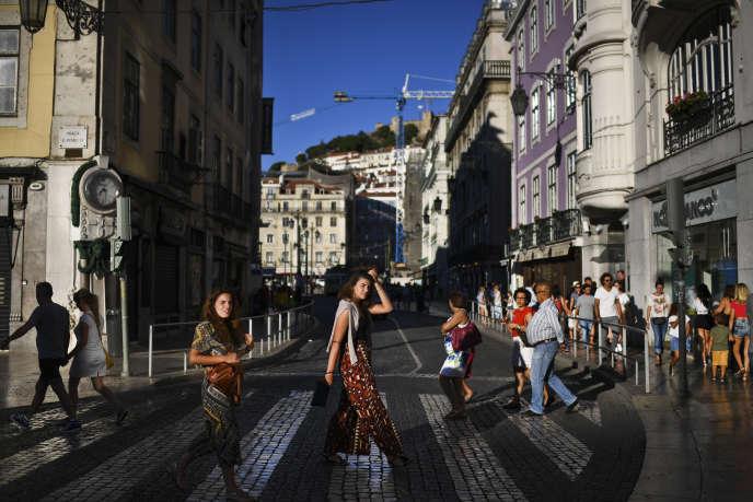 Changer de cadre, construire une autre vie ou profiter de coûts moins élevés au soleil: de plus en plus de Français viennent poser leurs valises au Portugal.