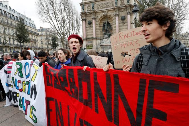 Manifestants derrière une bannière « Sorbone en lutte», le 15 mars à Paris.