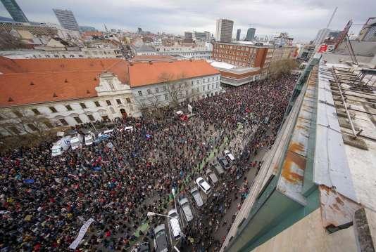 Plus de trente mille Slovaques ont appuyé jeudi 5 avril l'appel du président Andrej Kiska à la démission du chef de la police nationale, dans le sillage de la crise provoquée par l'assassinat par des inconnus d'un journaliste enquêtant sur la corruption.