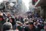 Distribution de rations alimentaires, à Yarmouk, en janvier 2014. La ville est assiégée par les forces syriennes, depuis l'été 2013.