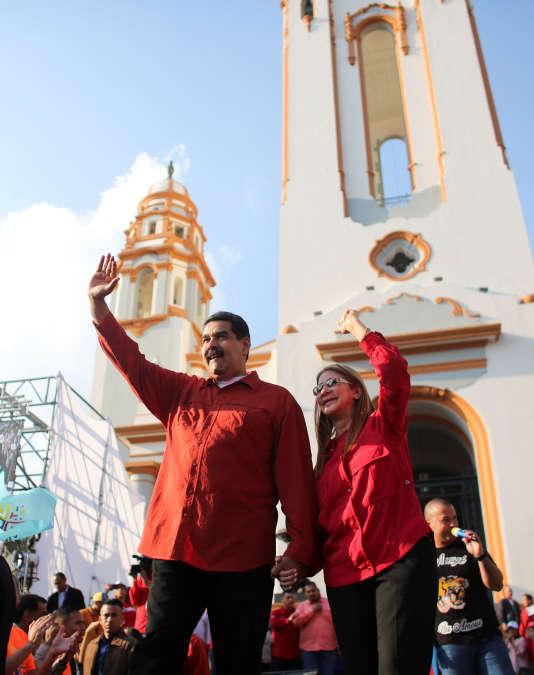 Le président vénézuélien Nicolas Maduro, avec sa femme Cilia Flores, pendant une manifestation de soutien à l'approche de élection présidentielle anticipée, le 5 avril 2018.