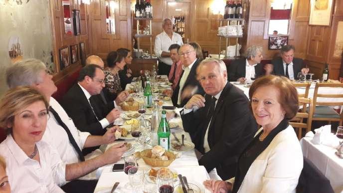 François Hollande entouré de ses fidèles, le 14 mai 2017, au restaurant La Boule rouge à Paris.