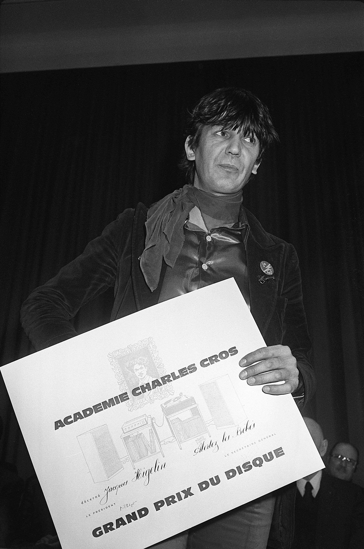 Le chanteur Jacques Higelin, auteur, compositeur, interprète, pose avec le grand prix du disque que l'académie Charles-Cros vient de lui décerner en mars1977, à Paris.
