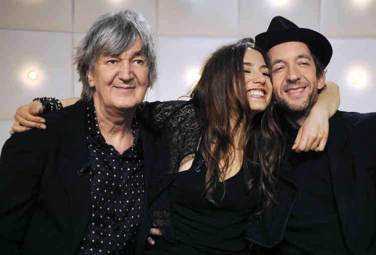 Jacques Higelin et deux de ses enfants: les chanteurs Izia (au centre) et Arthur H, après avoir participé à l'émission «Le Grand Journal»de Canal+, le 19mars 2010 à Paris.