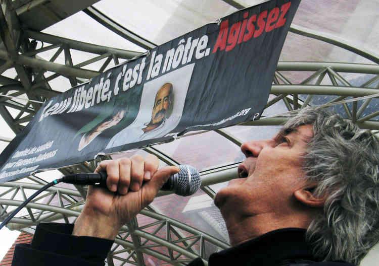 Jacques Higelin interprète une chanson, le 23avril 2005 au Printemps de Bourges, lors d'une manifestation de soutien aux otages Florence Aubenas et Hussein Hanoun, alors retenus en Irak.