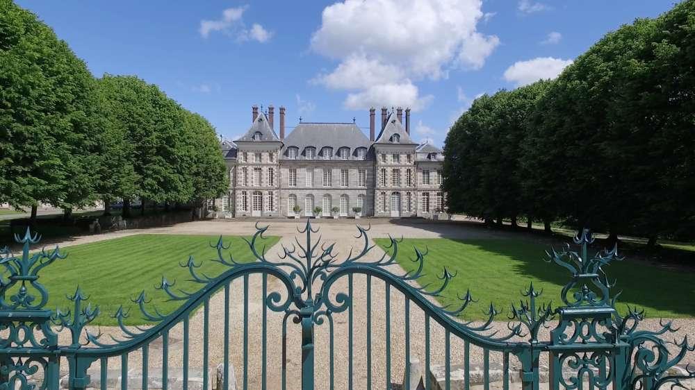 De style Louis XIII, le château prit le nom de Beauregard au XVIIe siècle.