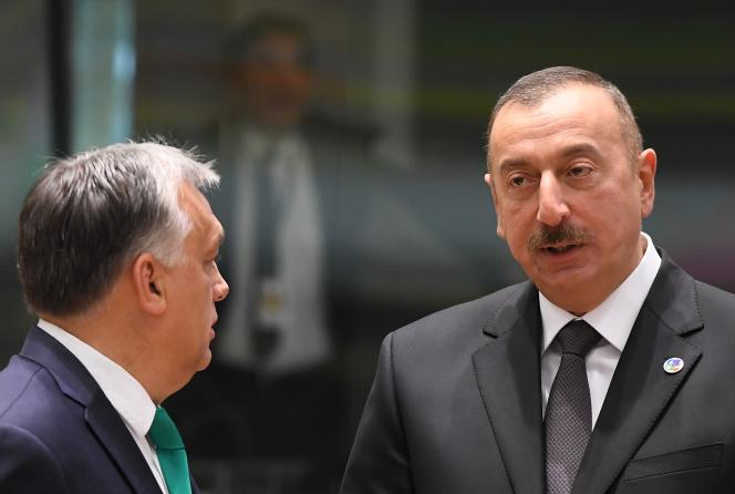 Le président d'Azebaijan, Ilham Aliyev (à droite) et le Premier ministre hongrois Viktor Orban lors d'un Conseil européen, à Bruxelles, le 24 novembre 2017.