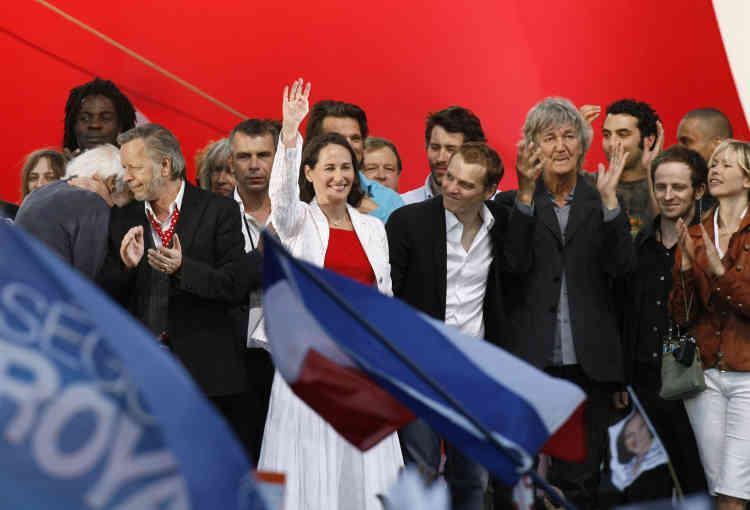 En soutien à Ségolène Royal alors candidate socialiste à la présidence de la République, avec Renaud (à gauche), Philippe Torreton (2e à gauche) et Benabar, au stade Charléty, à Paris, le 1er mai 2007.