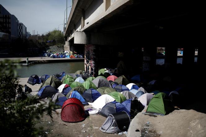 Canal Saint-Denis à Paris, le 6 avril:« Environ 1 500 personnes migrantes, hommes, femmes et enfants, s'entassent sous des tentes collées les unes aux autres».